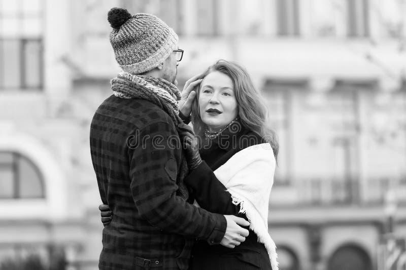 Taille omhoog van gevende echtgenoot die zijn vrouw kalmeren royalty-vrije stock foto's