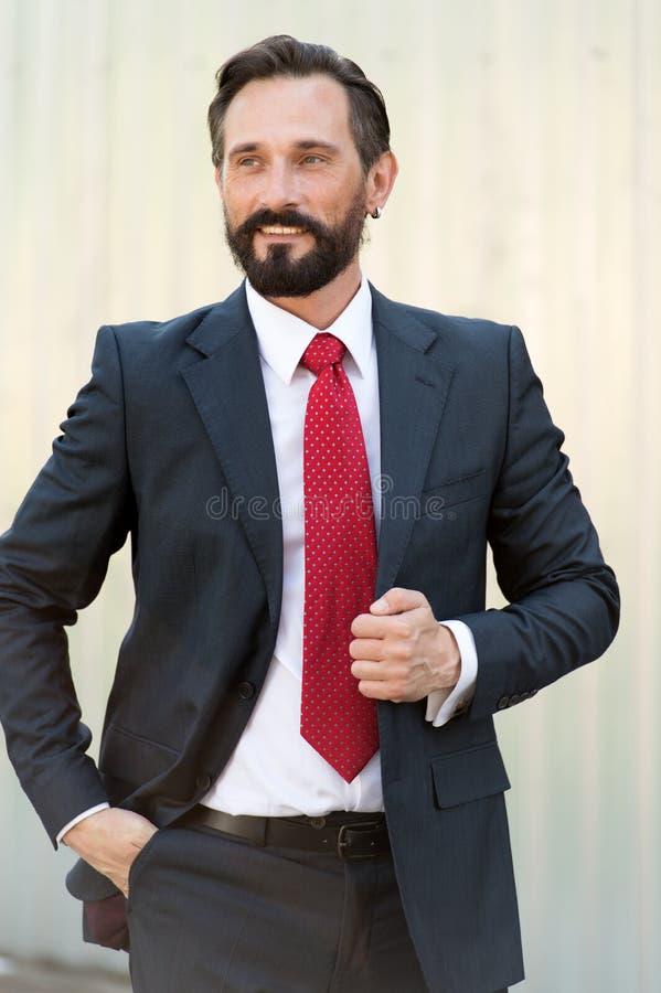 Taille omhoog van het knappe jonge zakenman glimlachen en het kijken blij stock foto
