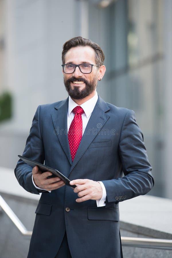 Taille omhoog van succesvolle bankier met een in hand tablet royalty-vrije stock fotografie