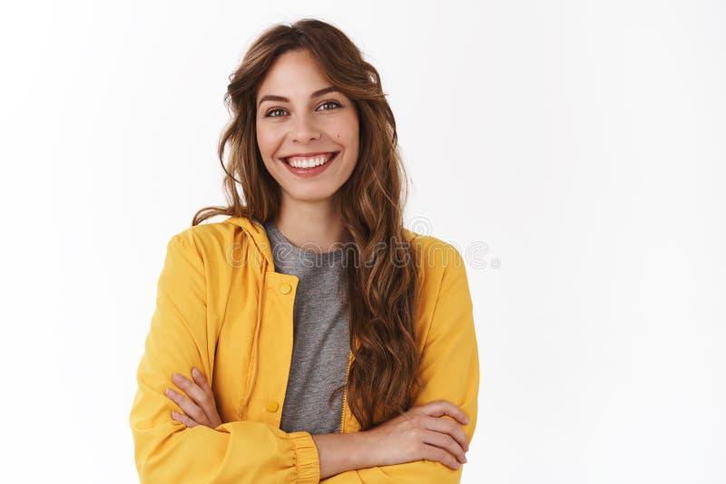 Taille-op gelukkige succesvolle knappe Europese van de de wapensborst van het onderneemster25s gele modieuze jasje dwars onbezorg royalty-vrije stock fotografie