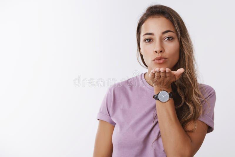 Taille-op het charmeren van sensuele romantische jonge Europese vrouw breid hand horizontale vouwende lippen uit die luchtkus u s stock foto