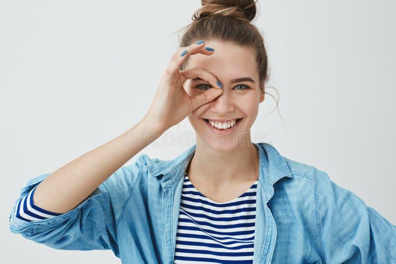 Taille-op optimistisch gelukkig knap leuk Kaukasisch wijfje hairbun, glimlachend gelukkig het tonen van o.k. o.k. gebaar op oog stock afbeelding