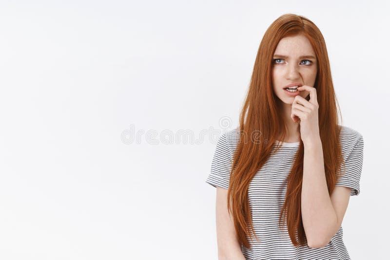 Taille-op schot hebben de aarzelende blauwe ogen van het roodharige leuke meisje twijfels die het onzekere denken, het nadenken b stock foto