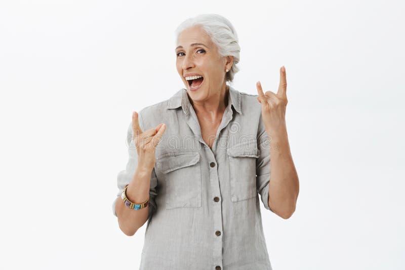 Taille-op schot van geactiveerde charismatische en gelukkige oude dame die als tiener die met jonge ziel voelen vreugdevol lachen royalty-vrije stock foto's