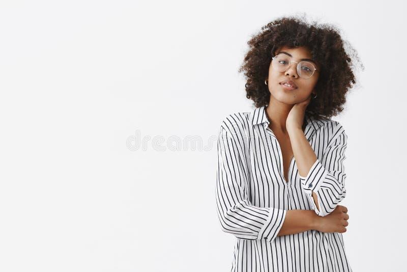 Taille-op schot van moderne knappe en modieuze vrouwelijke manager in gestreepte blouse wat betreft hals en het overhellen het ho royalty-vrije stock fotografie