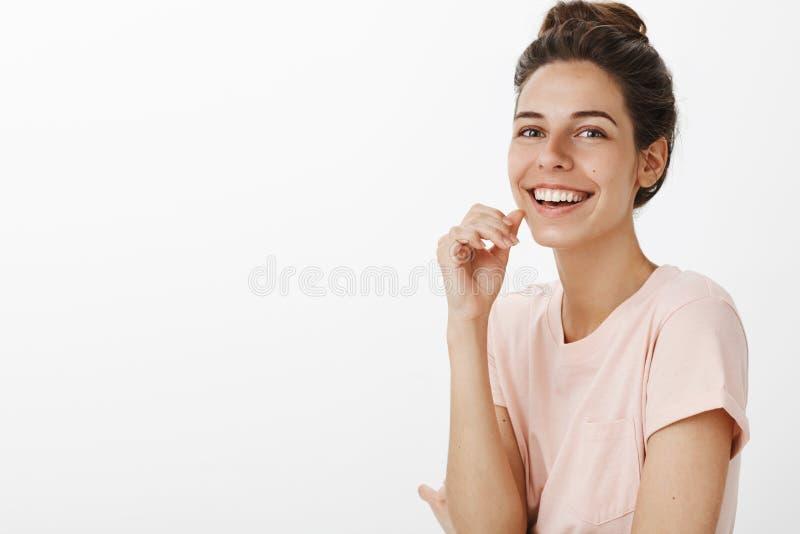 Taille-op schot van mooie onbezorgde vrouw het luisteren dolkomische grap die ruim geamuseerd en gelukkig kijken glimlachen zoals stock afbeelding