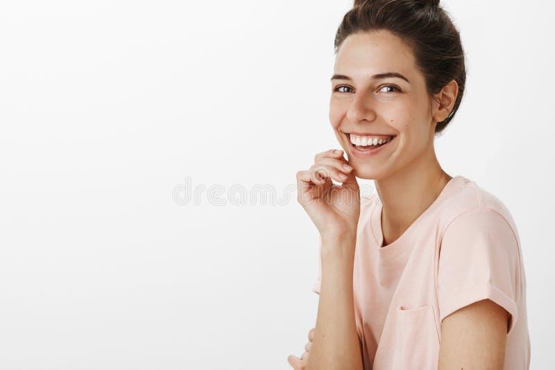 Taille-op schot van oprechte vriendschappelijke en aantrekkelijke jonge Kaukasische vrouw die pret uit lachend het luide glimlach royalty-vrije stock afbeeldingen