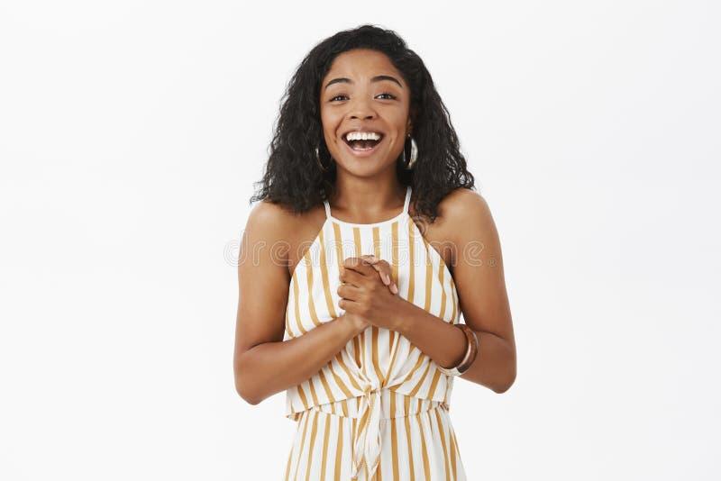 Taille-op schot van tevreden en verrukte gelukkige jonge Afrikaanse Amerikaanse succesvolle onderneemster in elegante gestreepte  stock foto's