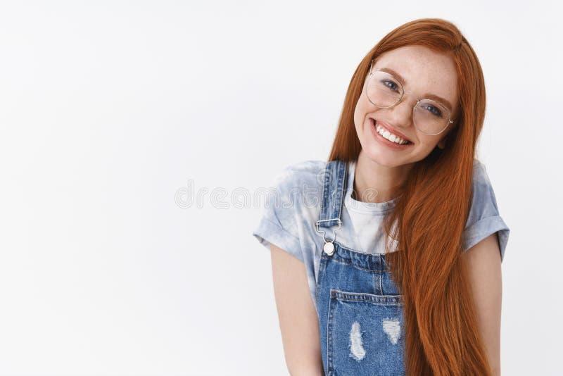 Taille-op vriendschappelijk teder schoon zuiver de huid lang natuurlijk rood haar van het roodharige Kaukasisch meisje, hel het h stock foto