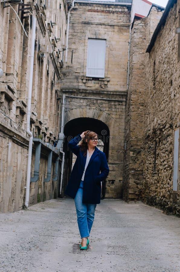 Taille plus modèle dans le style de rue photo stock