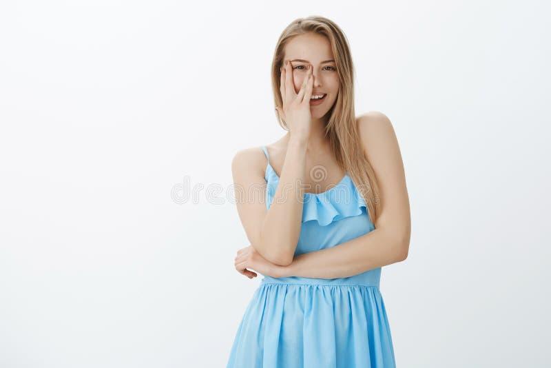 Taille- tirée de la femme belle sensuelle avec du charme avec les cheveux blonds dans la moitié bleue de bâche de robe du visage  images stock