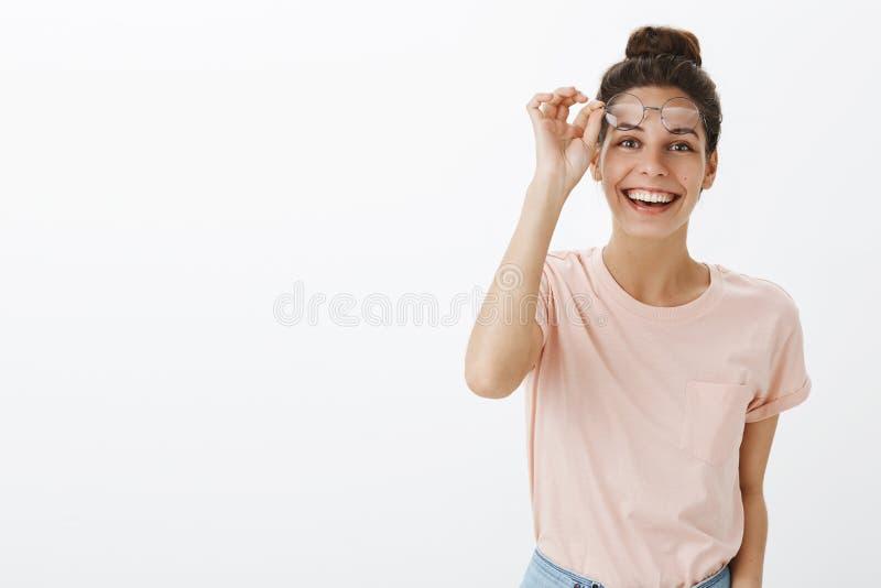 Taille- tirée femme bronzée attirante amicale d'annonce heureuse de la jeune avec la prise malpropre d'interdiction des verres au image stock
