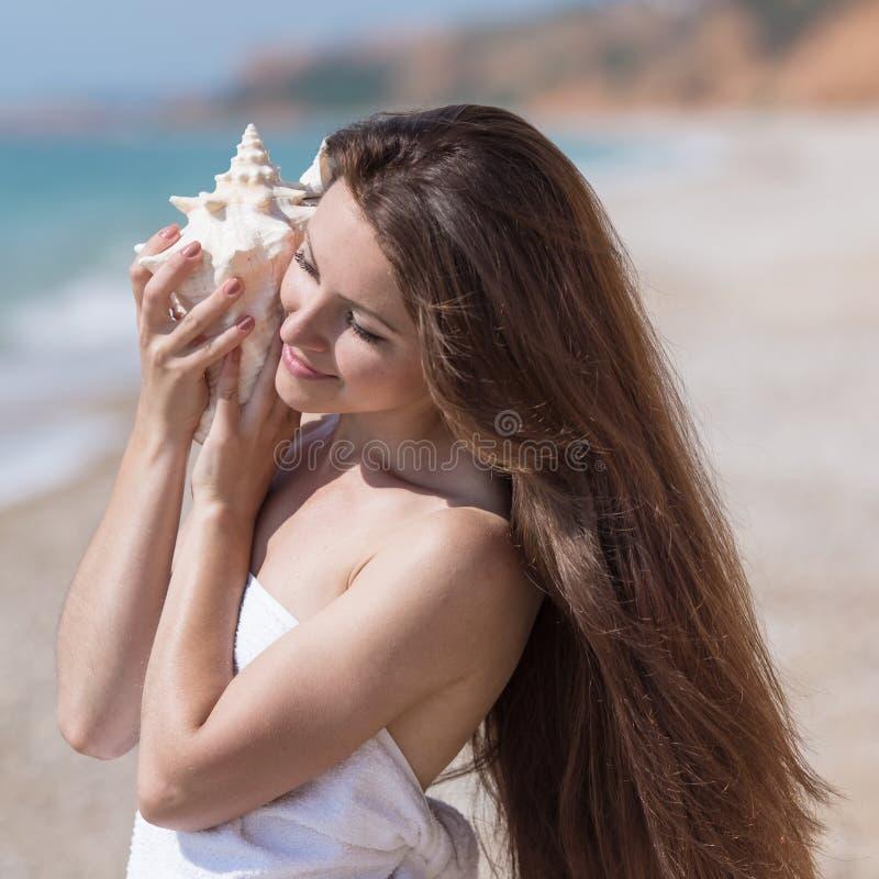 Taille vers le haut de portrait de fille avec la grande coquille du mollusque photos libres de droits
