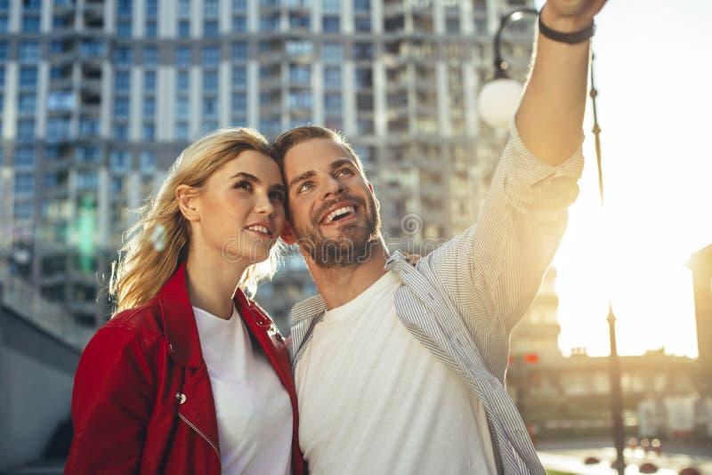 Taille vers le haut du portrait des couples riants heureux photographie stock libre de droits