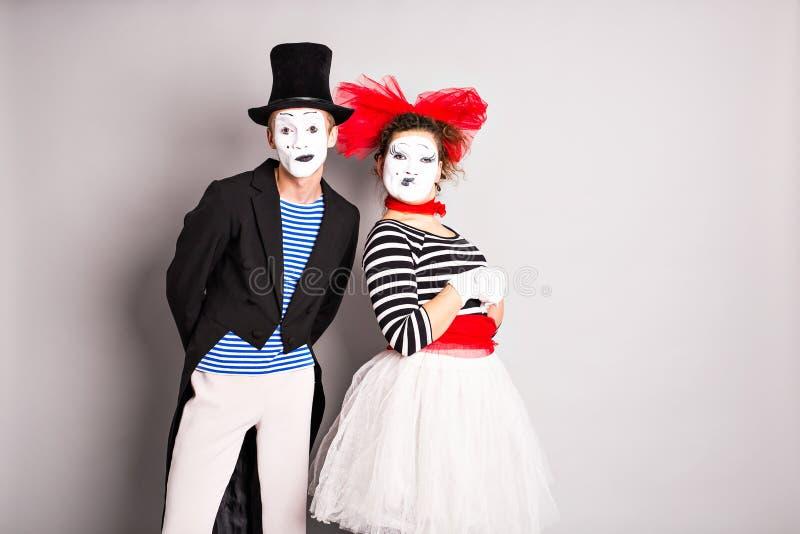 Taillen-obenporträt von lustigen Pantomimepaaren mit Laternen Das Konzept des Valentinstags, der Tag des Aprilscherzes lizenzfreie stockbilder