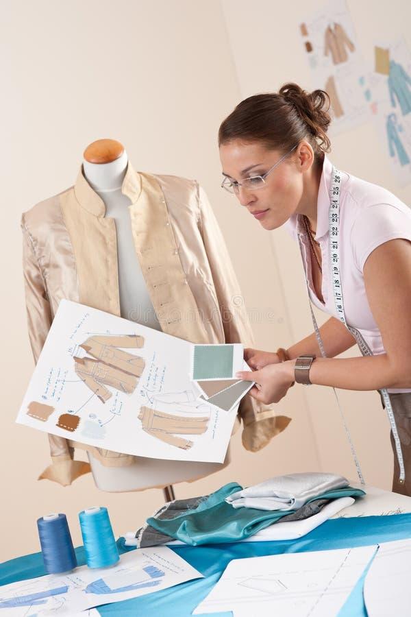 Tailleur féminin travaillant au studio de mode image libre de droits