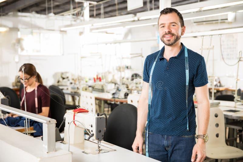 Tailleur masculin travaillant dans une usine photographie stock libre de droits