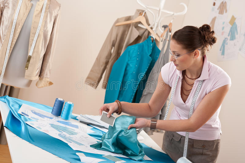 Tailleur professionnel travaillant avec des croquis de mode photographie stock libre de droits