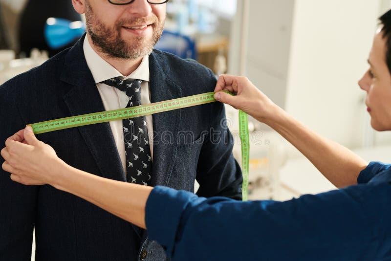 Tailleur travaillant avec le client photos libres de droits