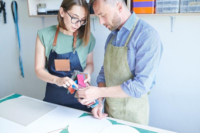 Tailleurs choisissant un textile pour le produit images libres de droits