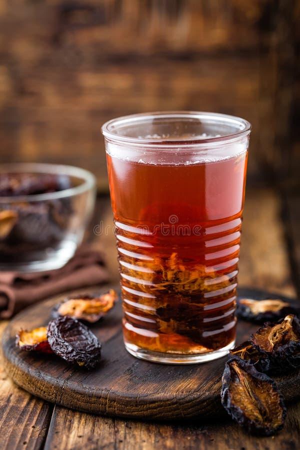Taillez la boisson, prunes sèches extrait, boisson de fruits photographie stock libre de droits