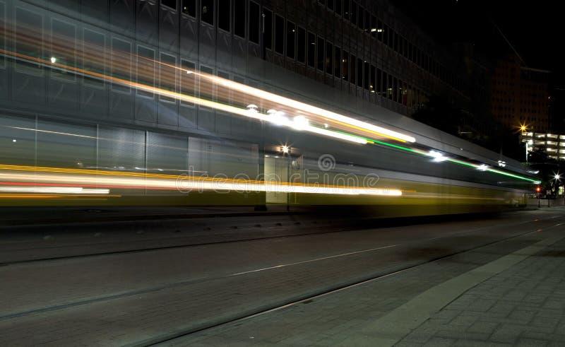 Tain ligero del carril en la noche  imagenes de archivo