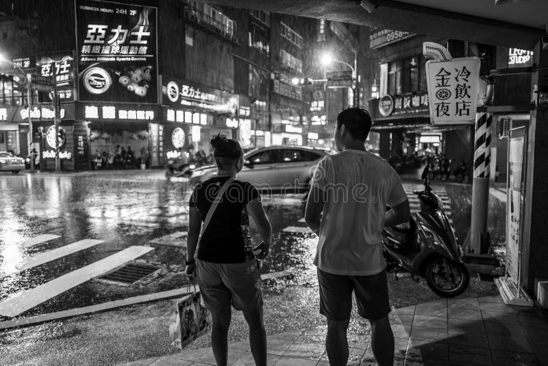 Tainan, Taïwan - 25 septembre 2018 : Les gens sous la pluie la nuit sur les rues de Tainan photographie stock libre de droits