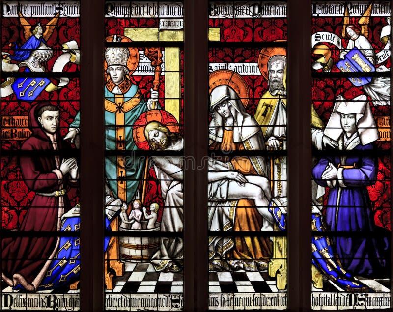 Tained glass fönster av Piety, hotell Dieu, Beaune royaltyfri bild