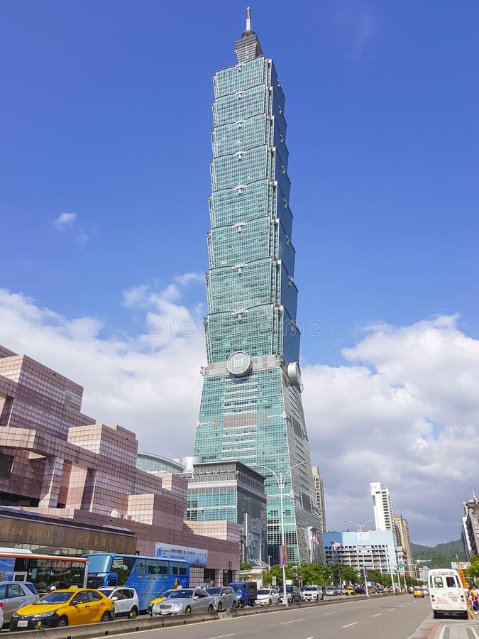 Taipeh 101 die op een zonnige dag en een duidelijke blauwe hemel voortbouwen stock afbeeldingen