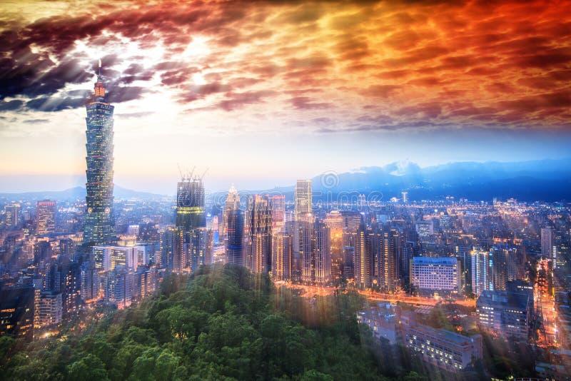 Taipeh-Nachtansicht über den Xinyi-Bezirk in der Dämmerung stockfotos