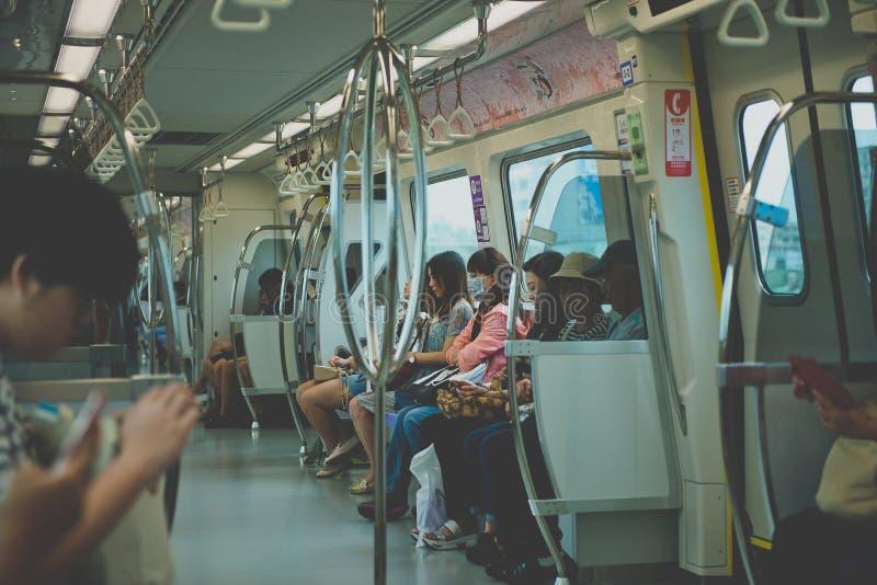 TAIPEH, TAIWAN - OKTOBER 10.2017: Passagiers op MRT metro in Taipeh, mensen binnen een metro royalty-vrije stock afbeeldingen