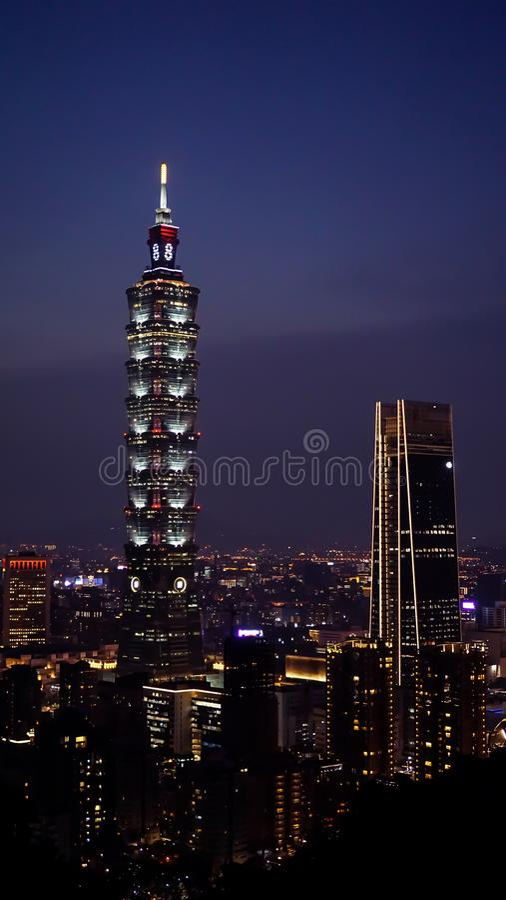 Taipei 101, a construção a mais alta em Taipei Uma vista da cidade de Taipei na noite, com construções altas e luzes brilhantes fotografia de stock