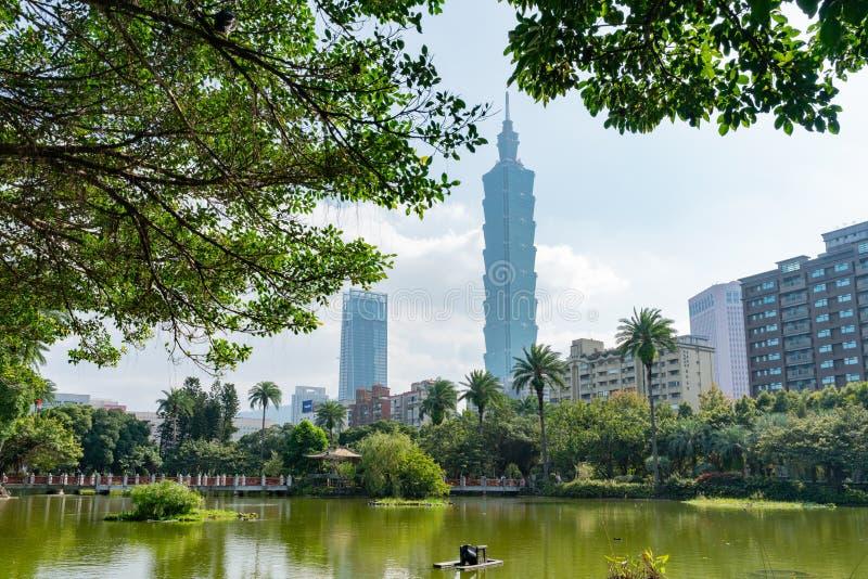Taipei 101 e l'altra vista di costruzione da Dott. nazionale Sun Yat-sen corridoio commemorativo fotografie stock