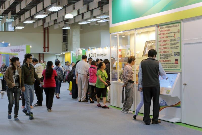 Taipei filatelister besöker stämpelshowen royaltyfria bilder