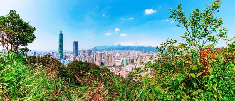 Taipei miasta panorama z naturą zdjęcia stock