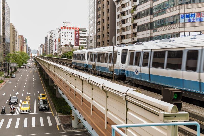 Taipei MRT på stången och stadsgatan arkivfoto