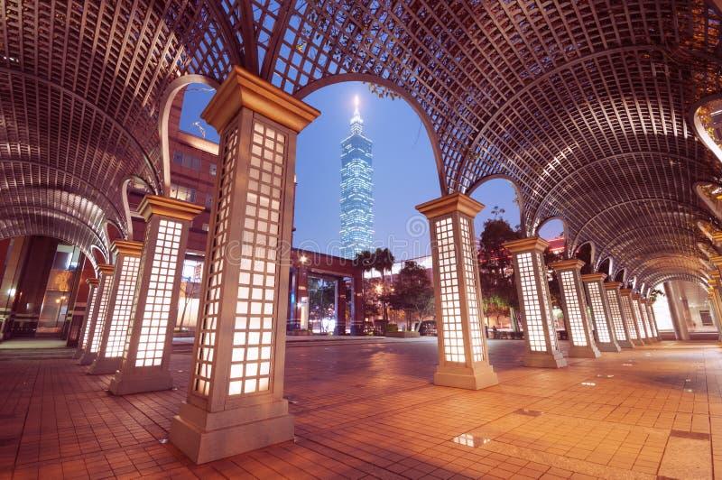 Taipei por noche. (Taiwán) foto de archivo