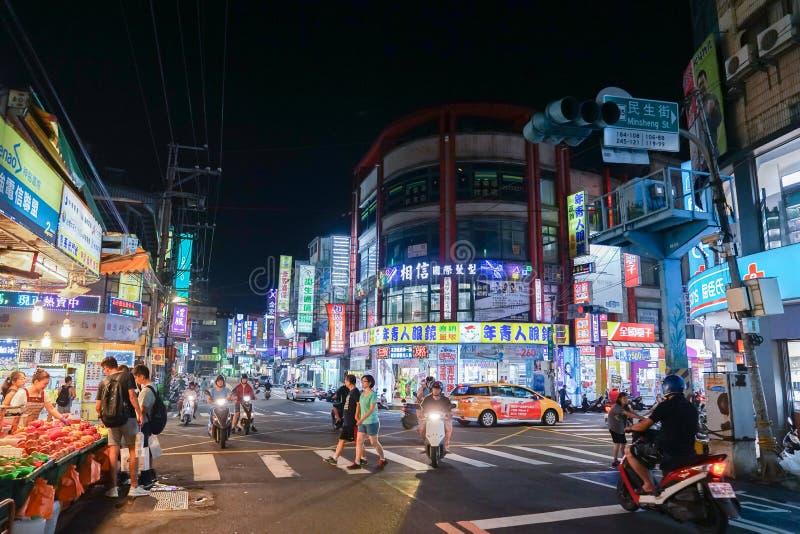 Taipei, TAIWÁN - 1 de octubre de 2017: Turistas y gente taiwanesa local que caminan y que hacen compras en el mercado de la noche fotografía de archivo libre de regalías