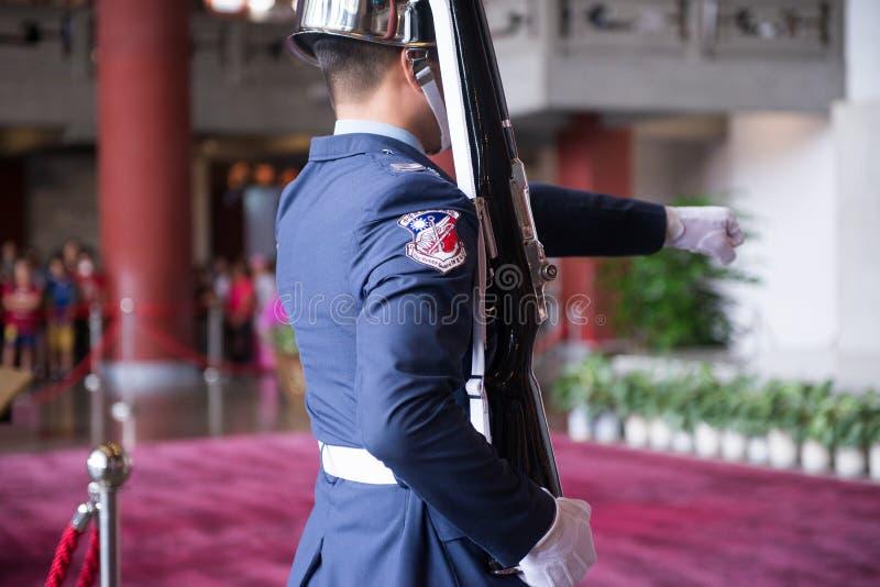 TAIPEI, TAIWÁN - OCTUBRE 8,2017: Pasos al cambio de la ceremonia de los guardias contra en Sun Yat-sen Memorial Hall fotos de archivo libres de regalías