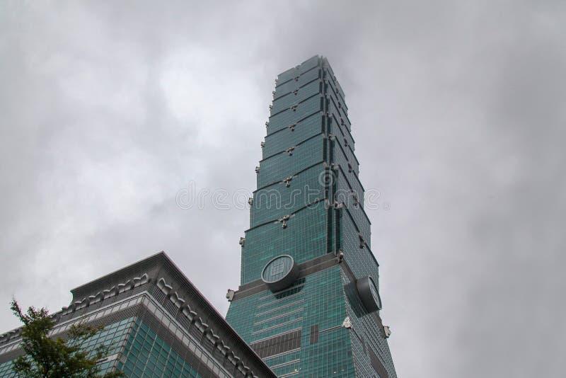 Taipei, Taiwán-octubre 17,2018: 101 que construyen es el los más altos y más famosos en Taiwán en el día rainny fotos de archivo libres de regalías
