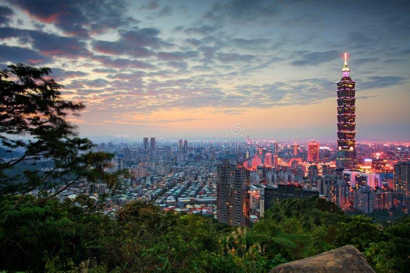 Taipei Taiwan aftonhorisont arkivfoto