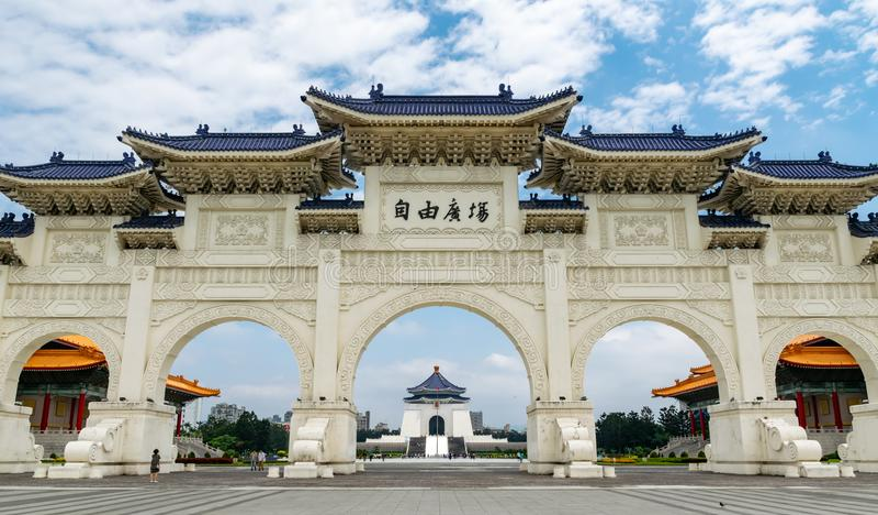 taipei Taiwan 28-April-2018 Sławny punkt zwrotny buduje Chiang Kai-shek Memorial Hall viewable po środku łuków obraz stock