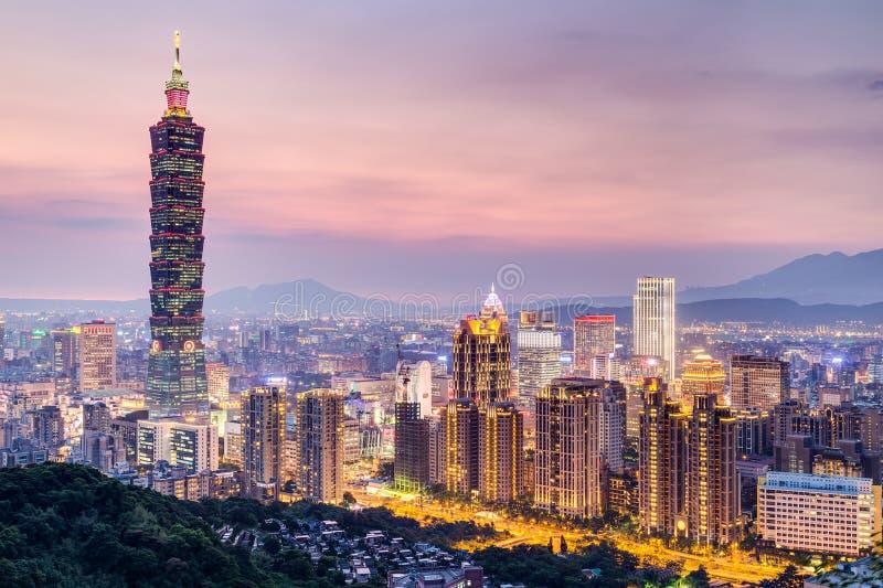 Taipei, Taiwan - cerca do agosto de 2015: Torre de Taipei 101 ou de Taipei WTC em Taipei, Taiwan no por do sol imagens de stock