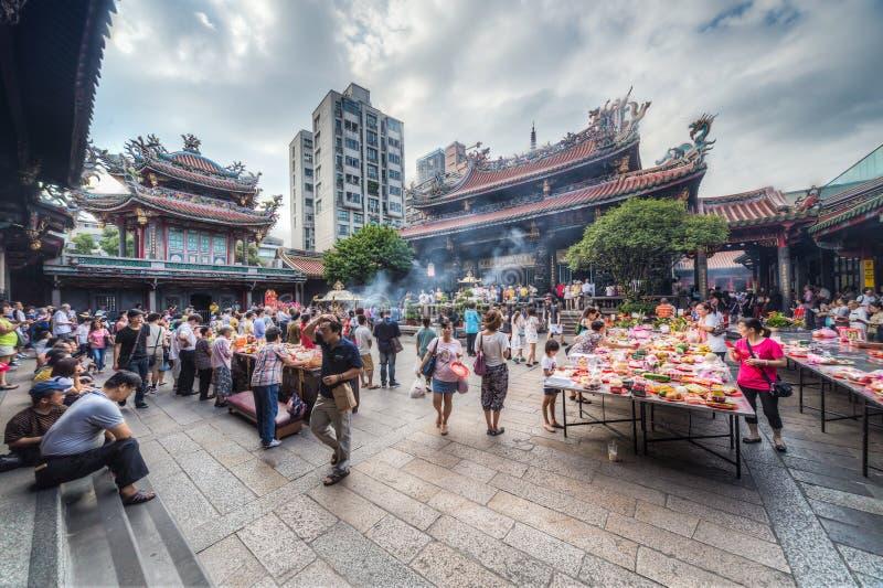 Taipei, Taiwan - cerca do setembro de 2015: Os povos rezam e fazem ofertas no templo budista de Longshan na cidade de Taipei, Tai imagem de stock