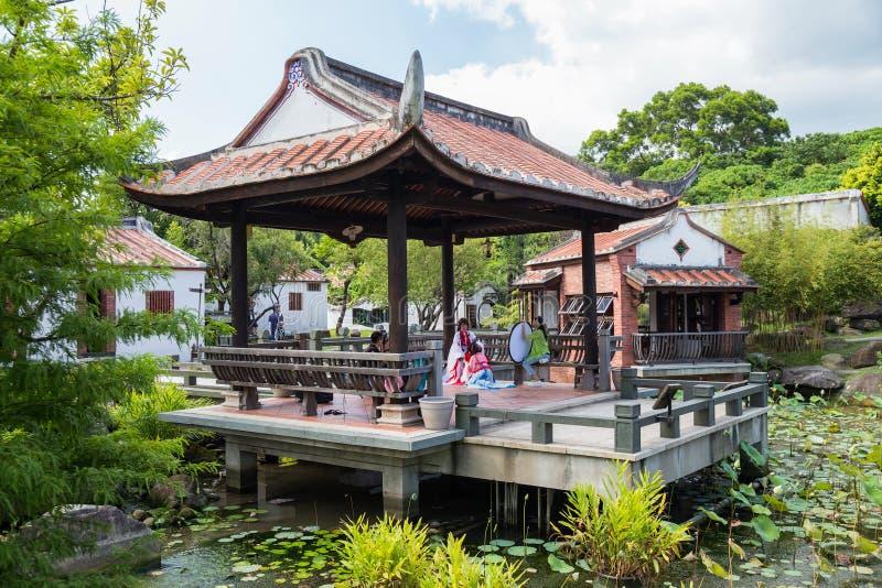 Taipei, Taiwan - cerca do setembro de 2015: Os povos vestiram-se acima em trajes tradicionais têm o parque fotográfico da sessão  imagem de stock