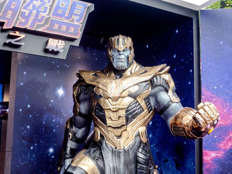 Taipei, Taiwan - 16 de maio de 2019: A mostra completa do boneco de ação do terno da armadura de Thanos para promove o filme do e foto de stock