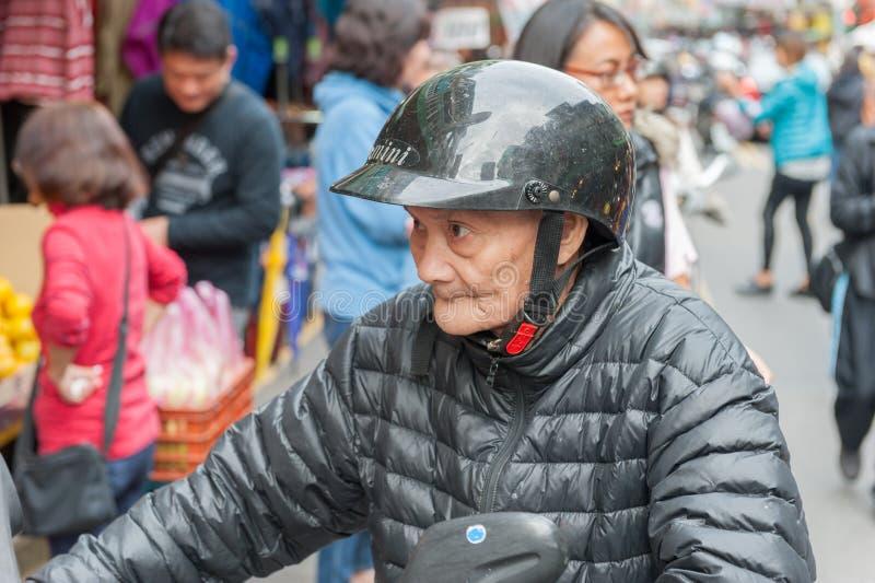 TAIPEI, TAIWAN - 30 DE NOVEMBRO DE 2016: Rua de Taipei em um do subúrbio, distrito Rua do mercado em Taipei Motorista do 'trotine foto de stock royalty free