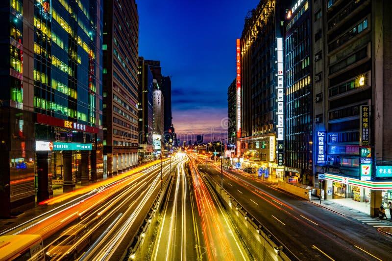 Taipei, TAIWAN - 2 de outubro de 2017: Estrada principal de Taipei no tempo crepuscular com luz do carro da construção e do ambie imagens de stock royalty free