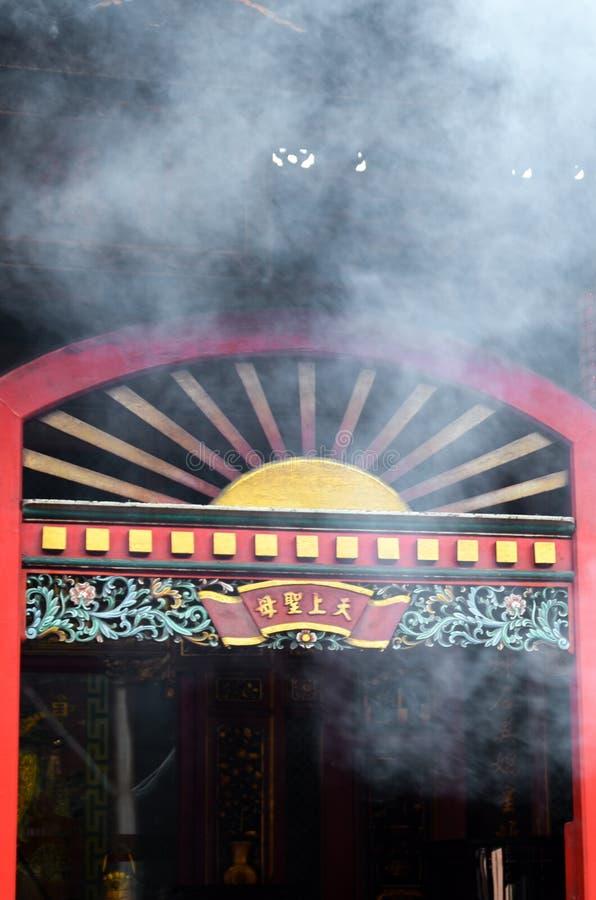 Taipei Taiwan - Maj 13th 2017: Röd ingångs- och rökcloude från rökelsepinnar i den berömda Longshan templet i Taipei, Taiwan royaltyfri foto