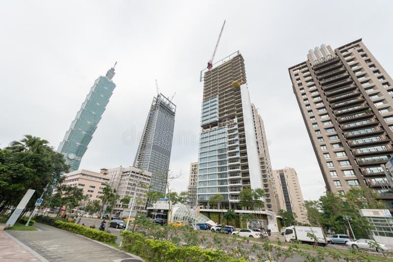 TAIPEI TAIWAN - NOVEMBER 30, 2016: Taipei affärsområde med torn 101 och byggnader under konstruktion royaltyfria foton
